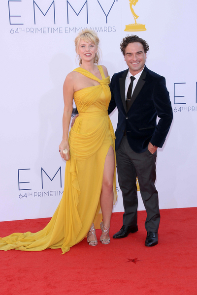 Kelli Garner And Johnny Galecki Pictures Kelli Garner And Boyfriend Johnny Galecki Arrive On The Red Carpet At The 64th Annual Primetime Emmy Awards Held
