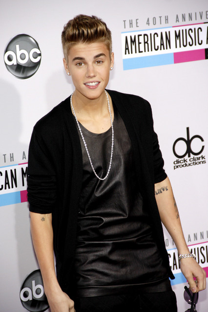 Justin Bieber Pictures: American Music Awards (AMAs) 2012 Red Carpet Photos, Pics