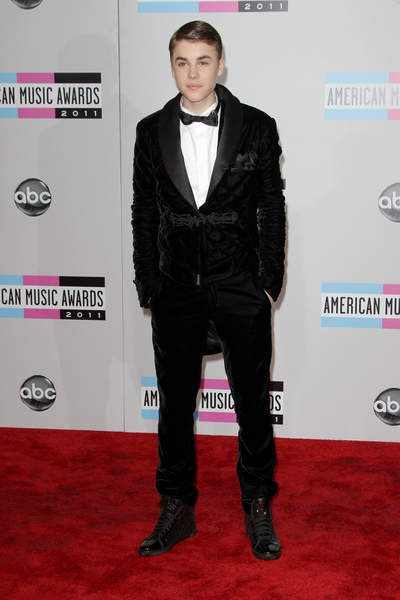 Justin Bieber Style Pictures: American Music Awards 2011 Red Carpet Fashion Photos, Pics