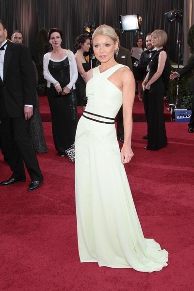 Kelly Ripa arrives on the red carpet at the 84th Annual Academy Awards ...