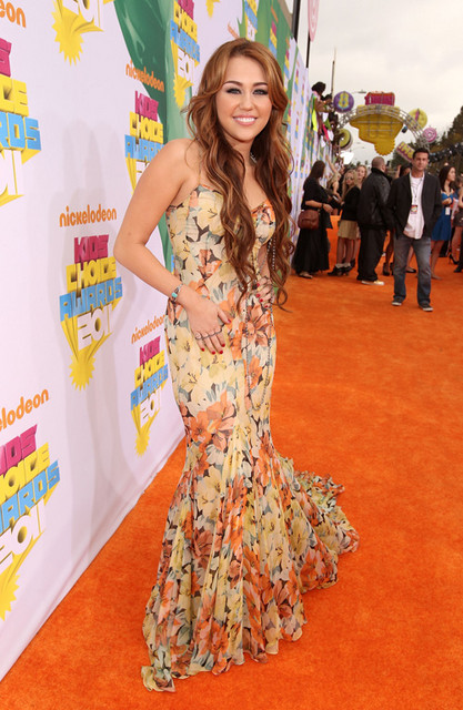 Miley Cyrus Hot Style Pictures: Kids' Choice Awards Orange Carpet 2011 Photos, Pics