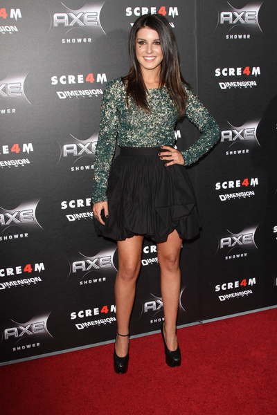 Shenae Grimes Hot Style Pictures: Scream 4 Movie Premiere Photos, Pics