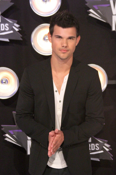 Taylor Lautner Pictures: MTV Video Music Awards (VMAs) 2011 Red Carpet Photos, Pics