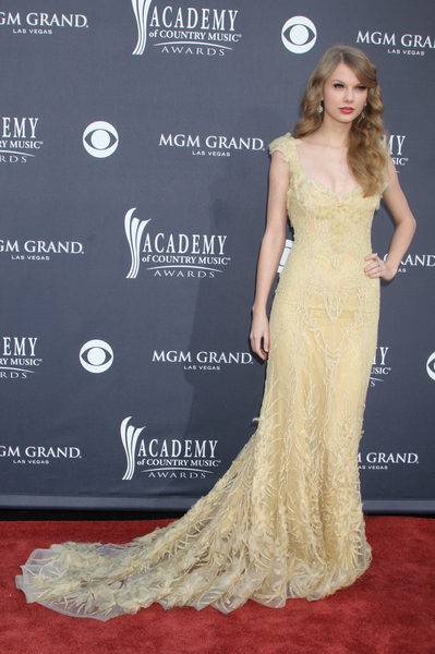 Taylor Swift Hot Style Pics: Academy of Country Music (ACM) Awards 2011 Red Carpet Photos, Pictures