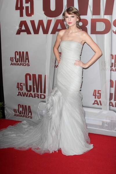 Taylor Swift Hot Style Pictures: CMA Awards 2011 Red Carpet Photos, Pics