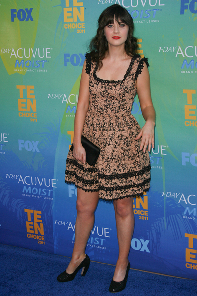 Zooey Deschanel Hot Style Pictures: Teen Choice Awards 2011 Blue Carpet Photos, Pics